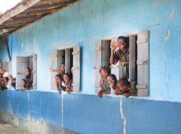 header -projects- damiefa school - waving kids - mineke foundation